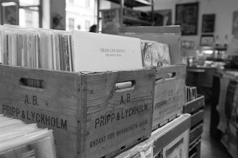 Skivbackar i Dirty Records skivbutik i Göteborg